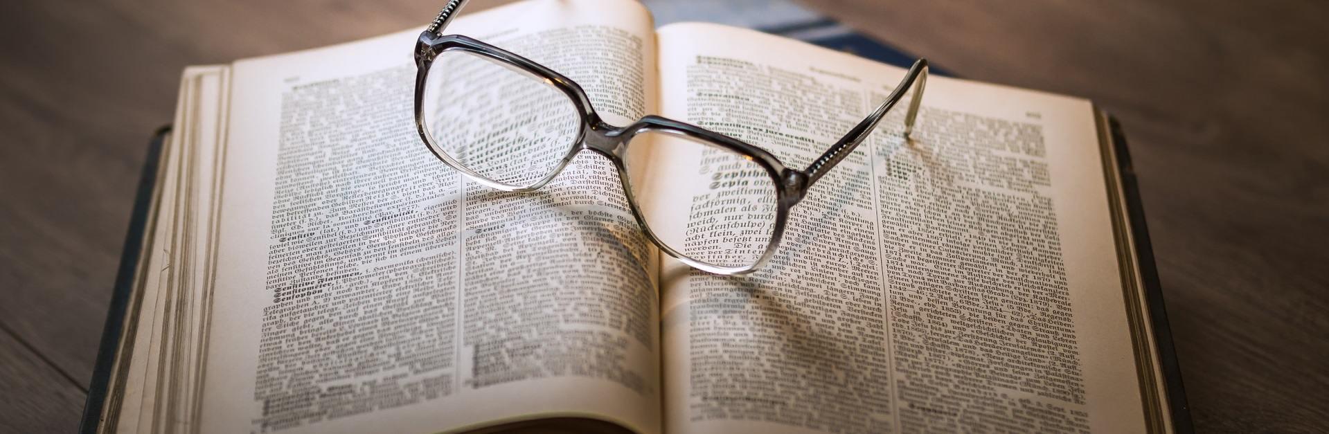 open boek met bril erop