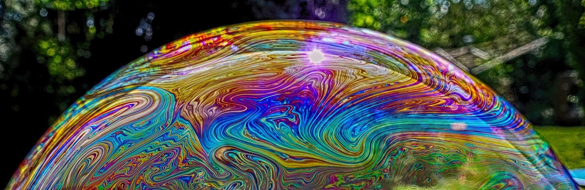 Makro foto van het gekleurde oppervlak van een zeepbel
